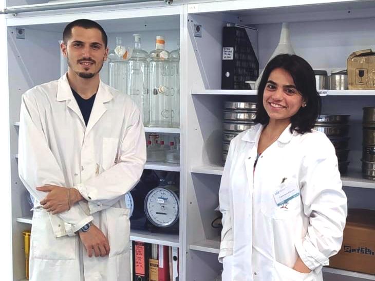Annarita Fiorente unterstützt am Institut für Umwelttechnik und Energiewirtschaft der TUHH den Doktoranden Giovanni Galadeta bei einem Forschungsprojekt zur Rolle des Biokunststoffes Celluloseacetat in der Abfallverwertung